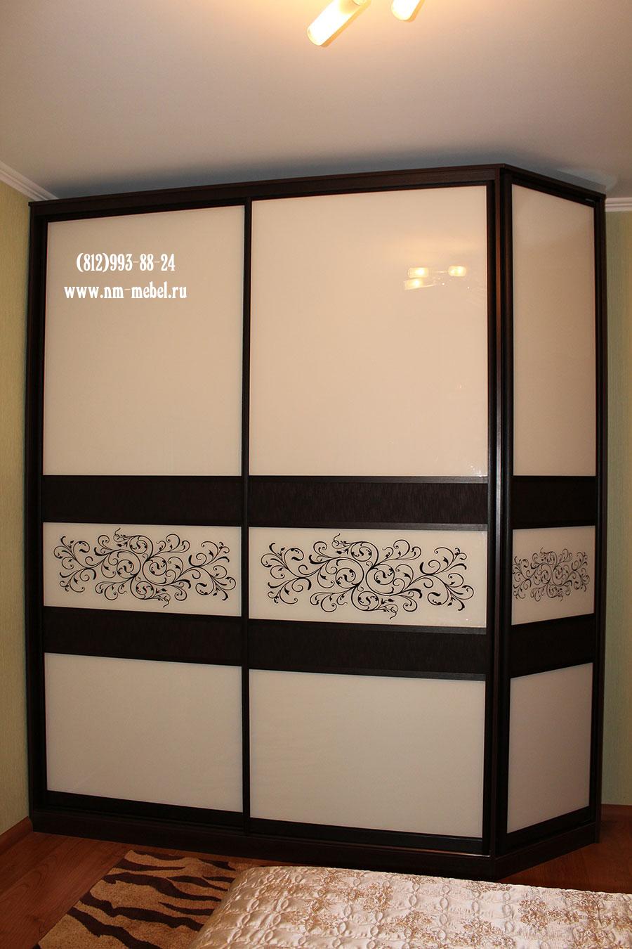 Шкафы купе с цветным стеклом, двери купе с цветными вставкам.